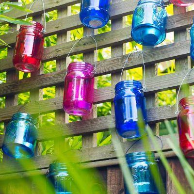 pots verres décoratifs sur cloture rigide